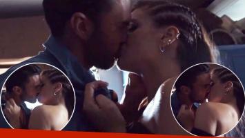 El detalle del fogoso beso entre Fabián Cubero y Barbie Vélez. (Foto: Facebook)