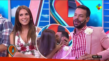 El besazo en vivo de Mina Bonino y Mariano Caprarola