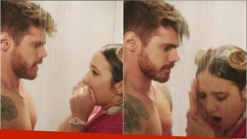 La escena de Ángela Torres y Gastón Soffritti bajo la ducha en Simona (Fotos: Captura)