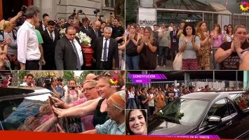 Lágrimas y amor en la despedida a Débora Pérez Volpin en la puerta de Canal 13
