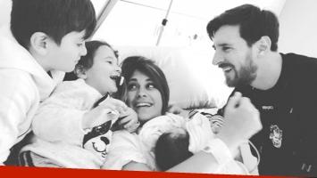 La postal de Messi y Antonella Roccuzzo con su bebé recién nacido y sus hermanitos (Foto: Instagram)