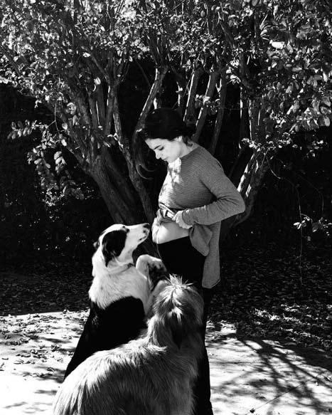 La dulce postal de Agustina Cherri con su pancita de cinco meses de embarazo y sus mascotas