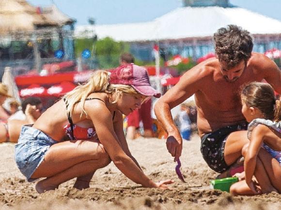 Los días de playa de Nicolás Cabré y Laurita Fernández junto a la pequeña Rufina en Mar del Plata