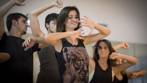Carla Conte, a full en los ensayos de El Cruce (Fotos: Gentileza Son de Oeste).