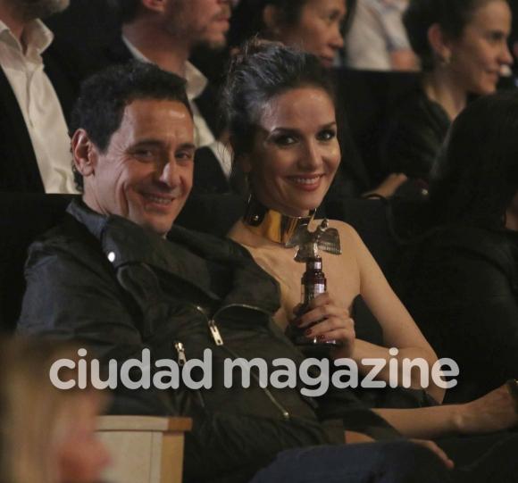 ¡Mimos en la platea! Natalia Oreiro y Ricardo Mollo, súper enamorados en los Premios Cóndor. (Foto: Movilpress)