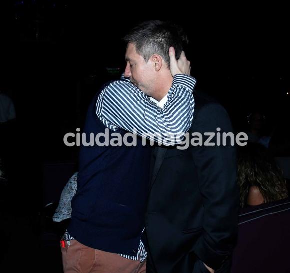 Emotivo abrazo de Adrián y Toto, en la avant premiere de El fútbol o yo. Foto: Movilpress.