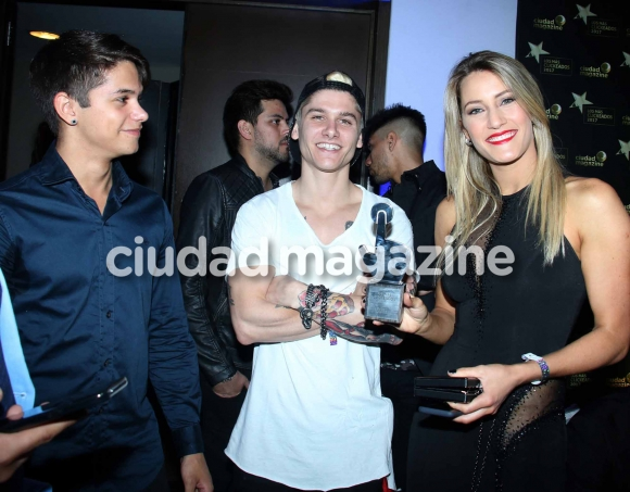 Mica Viciconte y los chicos de Combate. (Foto: Movilpress)
