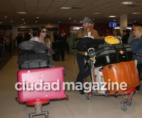 ¡De vuelta en casa! Vicuña, la China y Rufina, juntos en Ezeiza: torre de valijas, sonrisas y tremenda panza de la actriz. (Fotos: Movilpress)