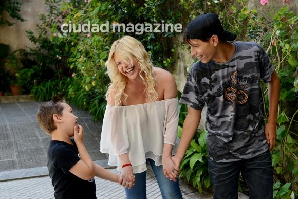 Nazarena Vélez junto a sus hijos, Gonzalo y Thiago. (Foto: Musepic)