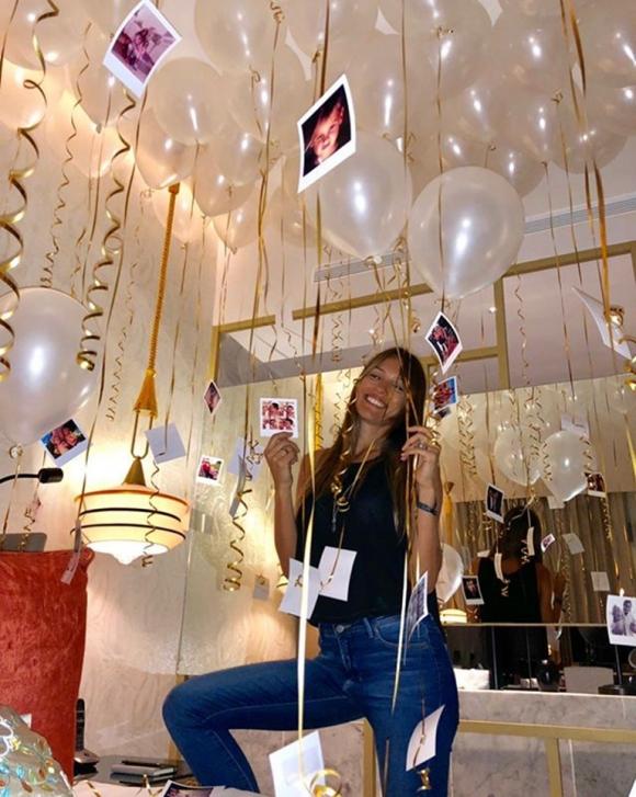 Pampita, feliz en su llegada a México para su cumpleaños.