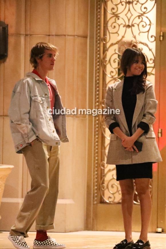 Justin Bieber y Selena Gomez, infraganti a los besos. Foto: Grosby Group.