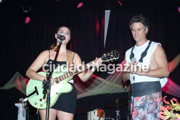 Sofía Vitola y Mike Amigorena en el recital de Potra Liberada. (Foto: Movilpress)