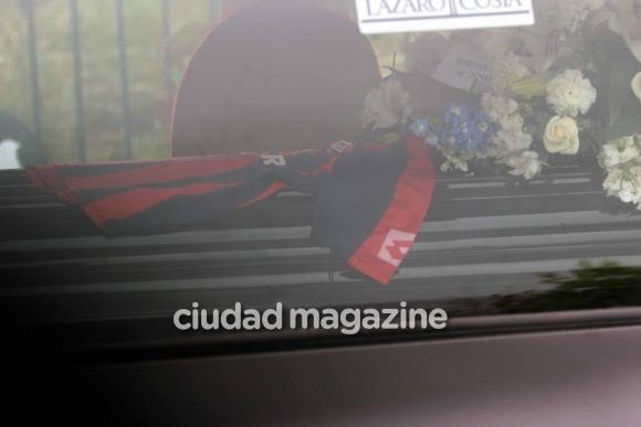 La esposa y los amigos de Cacho Castaña despidieron los restos del cantante. Foto: Movilpress