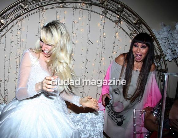Vicky Xipolitakis y Moria Casán en el cumpleaños de Salvador Uriel. (Foto: Movilpress)