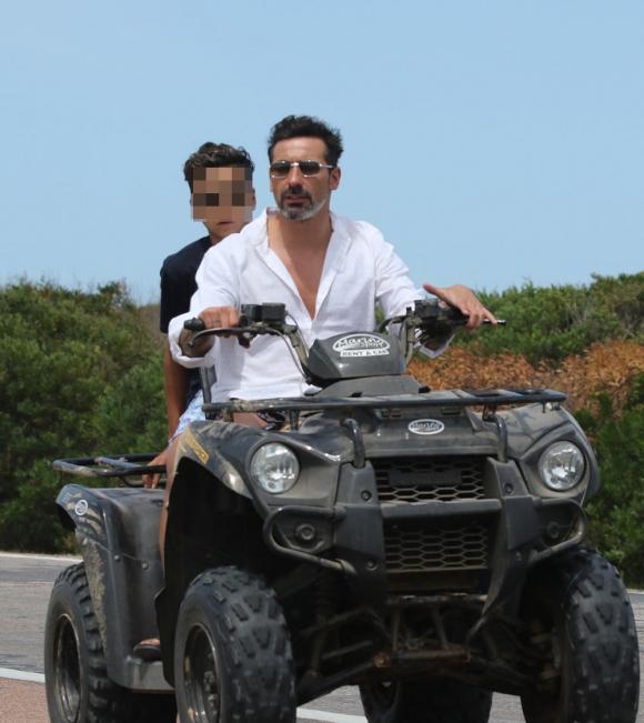 Pocho Lavezzi, en cuatriciclo y sin casco con su hijo por las rutas de Punta del Este. (Foto: GMPress)