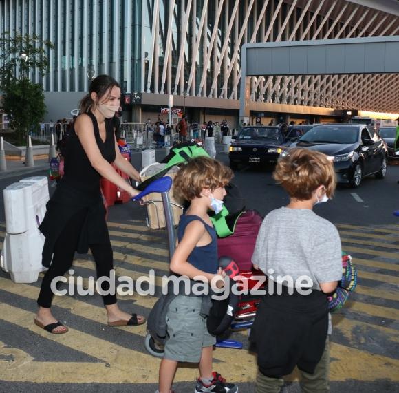 Las primeras fotos de Pampita, embarazada y recién llegada a la Argentina:  a pura sonrisa y mimos con García Moritán - Ciudad Magazine
