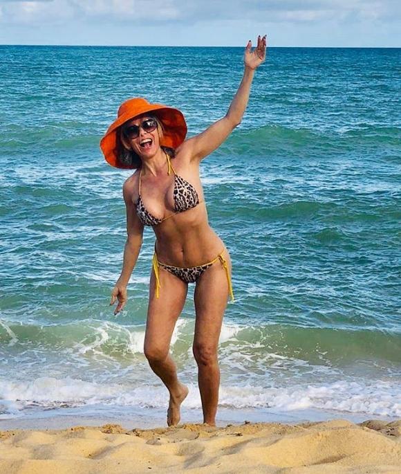 """Iliana Calabró lució su lomazo en bikini a los 52 en playas brasileñas: """"Los chicos crecen... ¡yo no!"""""""