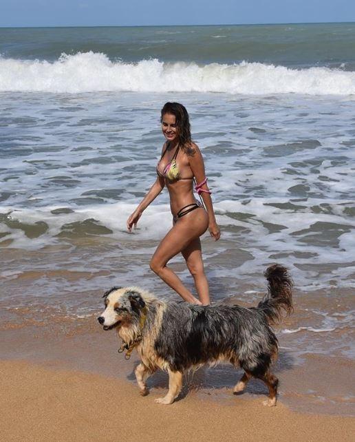 """Las sensuales fotos playeras de Silvina Luna en Panamá: """"Cuando te hacés la linda y te lleva la ola"""""""