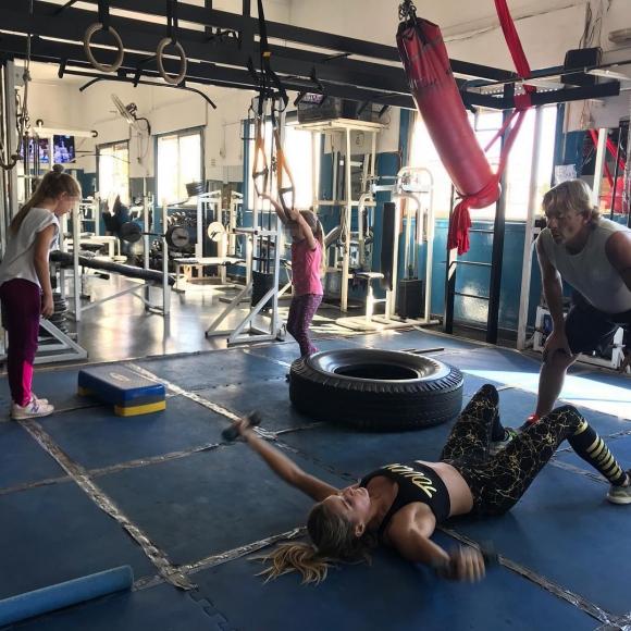 """La salida a puro entrenamiento de Cubero con sus hijas y Mica Viciconte: """"Mañana productiva, todos al gym"""""""