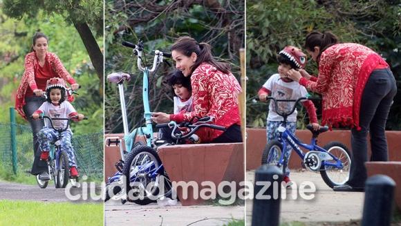 ¡Tarde de bici! Natalia Oreiro y su hijo, Atahualpa, paseo al sol en la costa del río. (Foto: Movilpress)