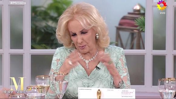 """El incómodo momento que vivió Mirtha Legrand en su mesa: """"No hablo de ese tema, no me gusta; voy a tomar agua"""""""